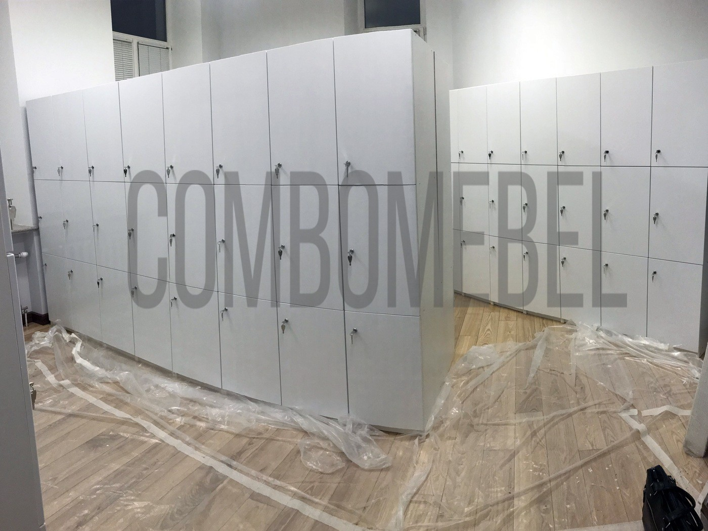 трехсекционные шкафчики для фитнеса с фасадами МДФ и замками eurolock 4221c