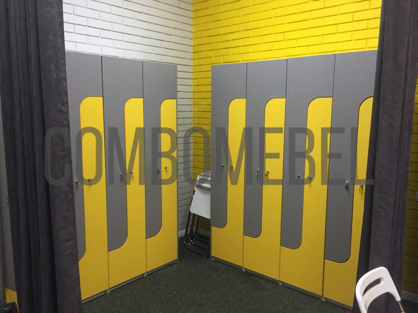 L-образные шкафчики с фасадами ЛДСП для раздевалки танцевальной студии