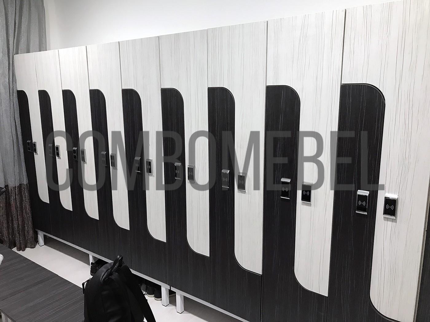L-образные раздевальные шкафы на белом металлокаркасе
