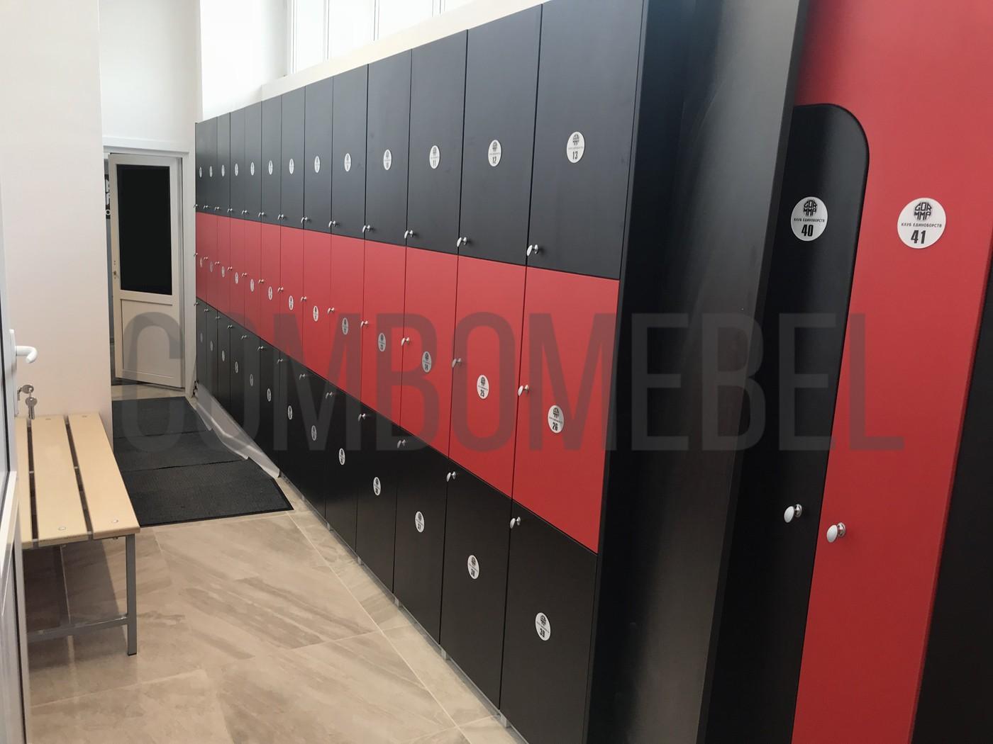 заказные трехсекционные шкафы для спортзала в цветах клуба