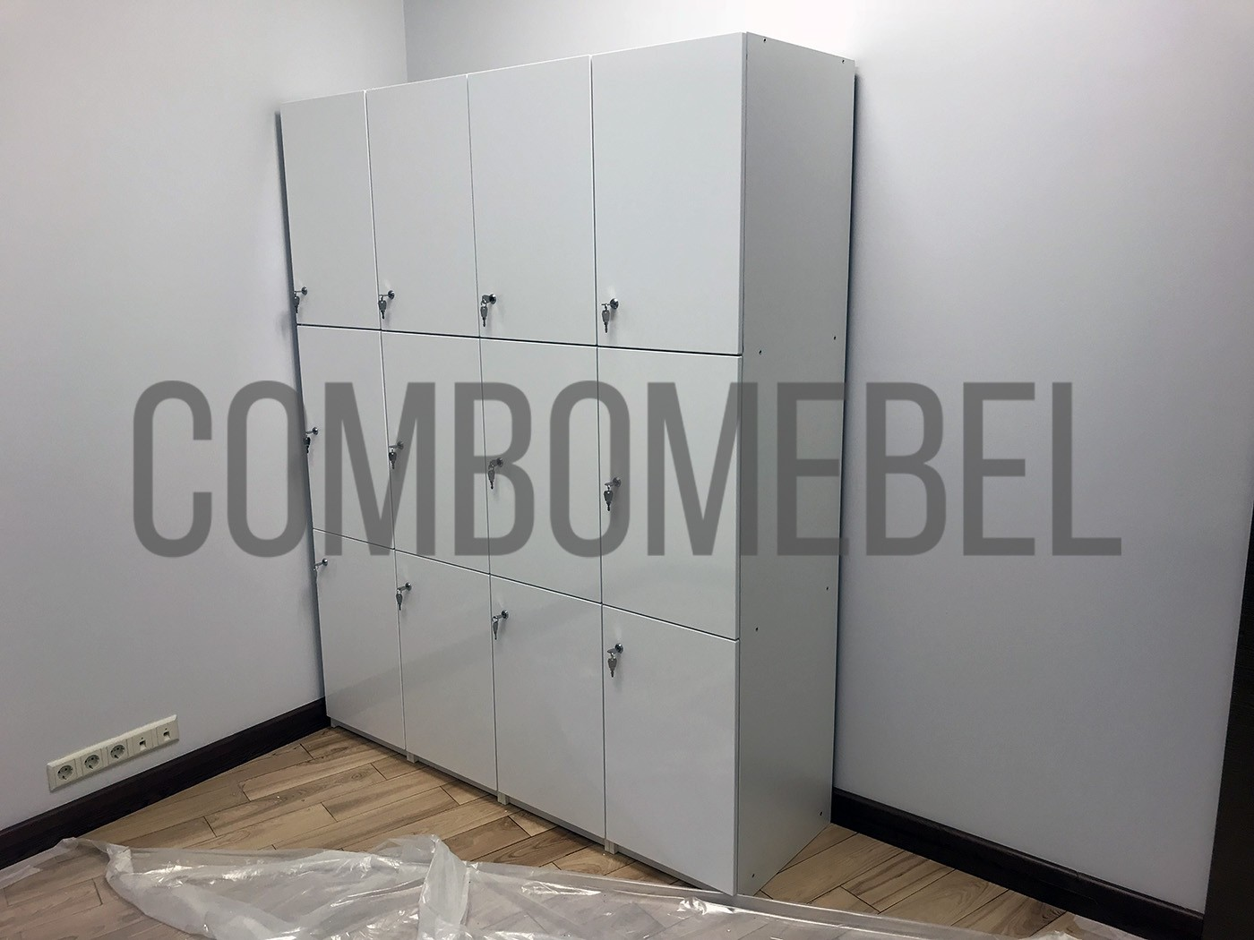 шкафчики для фитнеса из МДФ в глянцевой пленке с цокольной вставкой