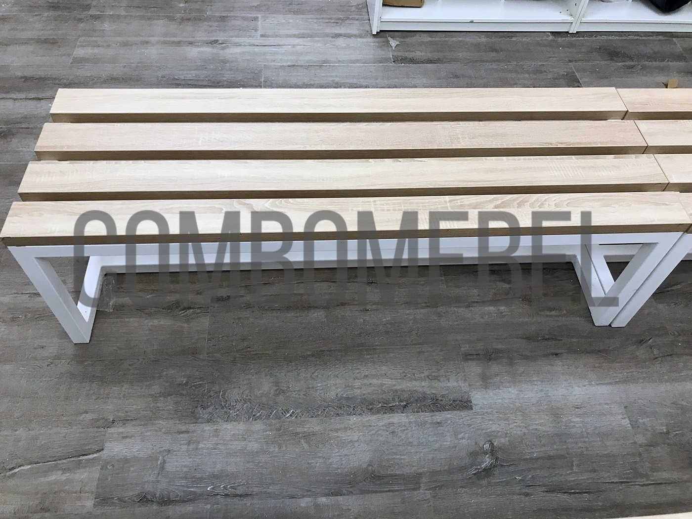 лавка для раздевалки с белым металлокаркасом и реечным сиденьем ЛДСП 32 мм